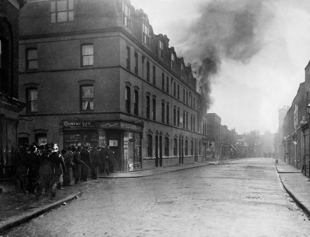 Anarchy in the UK (1909-1911): A fire begins in the Anarchists' hideout in Sidney Street, London